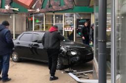 В Константиновке легковушка врезалась в здание кафе