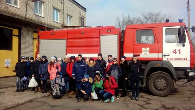 Константиновские спасатели показали детям, как пользоваться пожарной машиной и гасить огонь