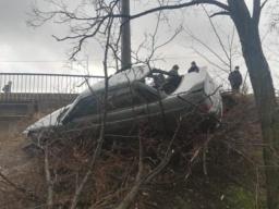 В Константиновке автомобиль вылетел с дороги и упал в обрыв