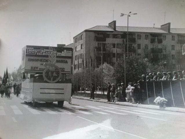 Первомайская демонстрация шествует по проспекту Ломоносова
