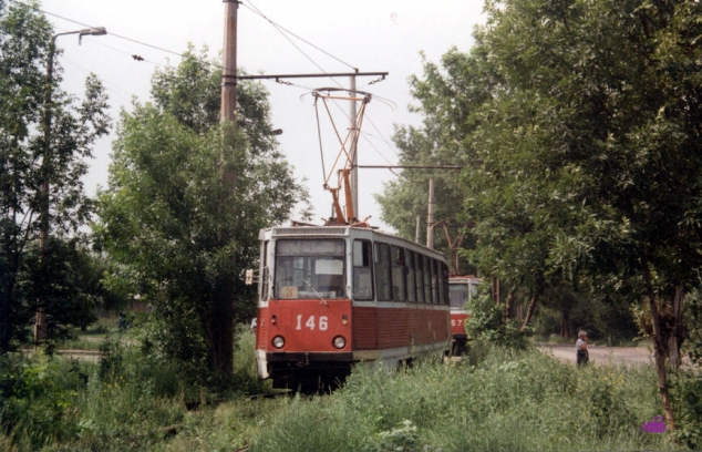 У вагона 146 сломался пантограф на одноколейном участке 3-го маршрута. За ним вагон 157. Фото АО, 19.6.1992.
