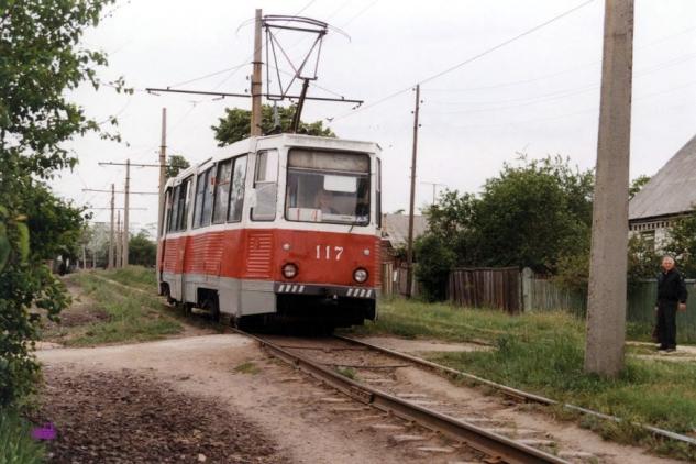 Вагон 117 маршрута «1+4» на Карьерной улице. Этот маршрут, следуя от Молокозавода, подобно бывшему 5-му маршруту сначала поехал