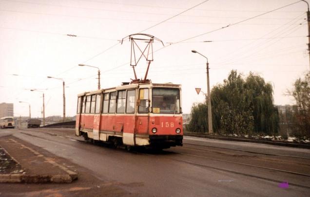 Вагон 158 3-го маршрута на путепроводе через ж/д и улицу Ленина. Фото АО, 31.10.1991.