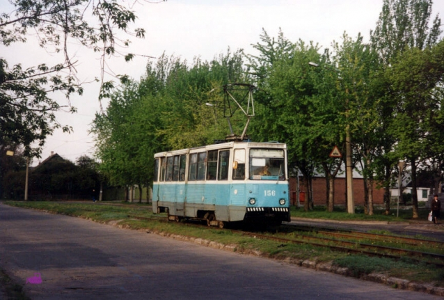 Вагон 156 на 24-м маршруте повернул с улицы Шевченко на улицу Белоусова. Фото АО, 6.5.1999.