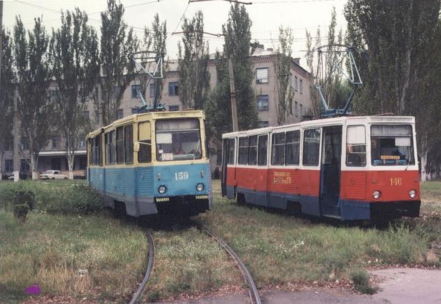Вагоны 159 и 146 на повороте «1-й больницы». Фото: Thomas Fischer, 28.8.2001.