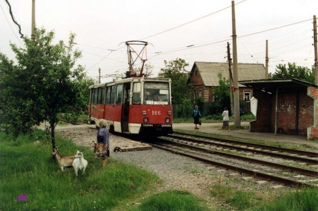 Вагон 166 на 21-м маршруте на Пушкинской улице. Направо идет Киевская улица в сторону депо. Фото: Karel Hoorn, 18.5.1998.