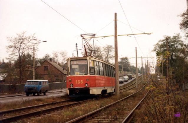 Вагон 166 2-го маршрута на улице Емельянова. Самые нове вагоны в Константиновке – №№ 164-167 с 1990 года. Фото АО, 31.10.1991.