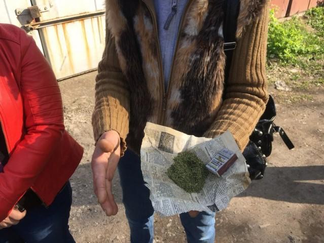 "Правоохранители Константиновки задержали ""любительницу кайфа"", в Бахмуте ликвидирован наркопритон"
