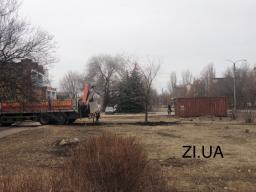 Установили вагончик и пригнали технику: В Константиновке на месте незаконно вырубленных деревьев началось движение