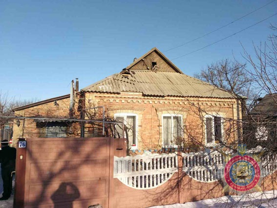 В Константиновке неизвестные взрывом повредили крышу частного дома (ФОТО)