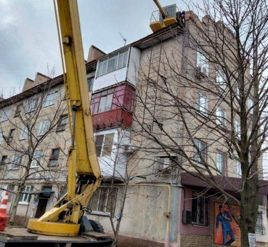 В Константиновке коммунальщики начали активно ремонтировать кровли