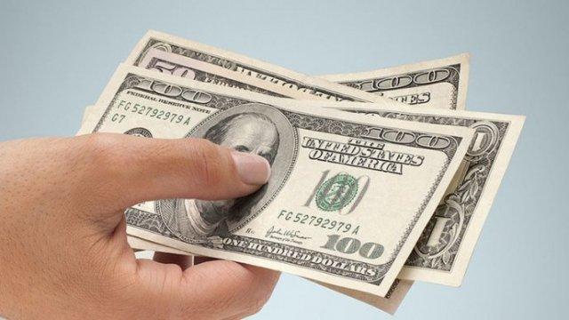 Курс доллара упал ниже 27 гривен впервые за 11 месяцев
