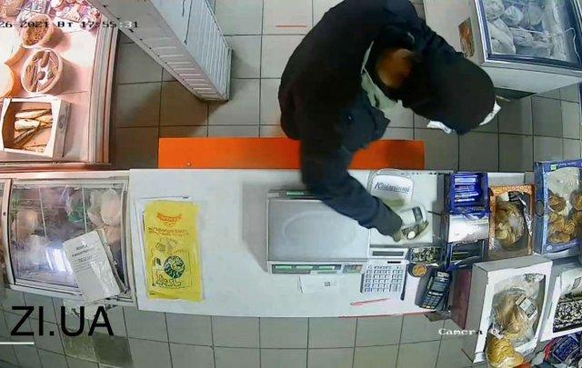В Константиновке неизвестный ограбил магазин: видео