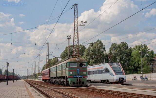 Два поколения электротяги на станции Константиновка