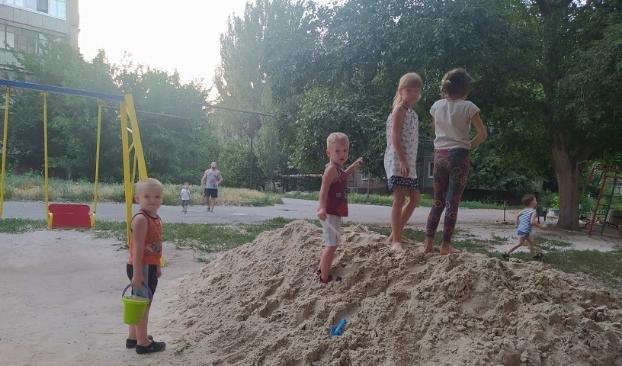 Депутаты в Константиновке помогли местной детворе