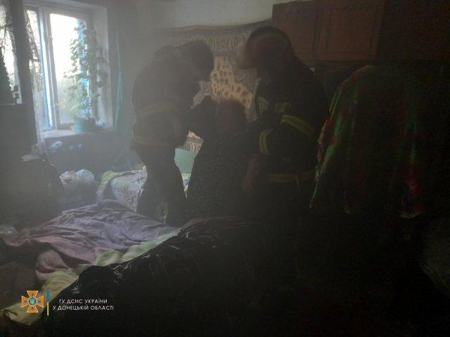 В Константиновке пожарные во время тушения пожара спасли женщину