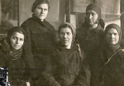Передовые работницы сортировочного цеха стекольного завода. 1933 г.