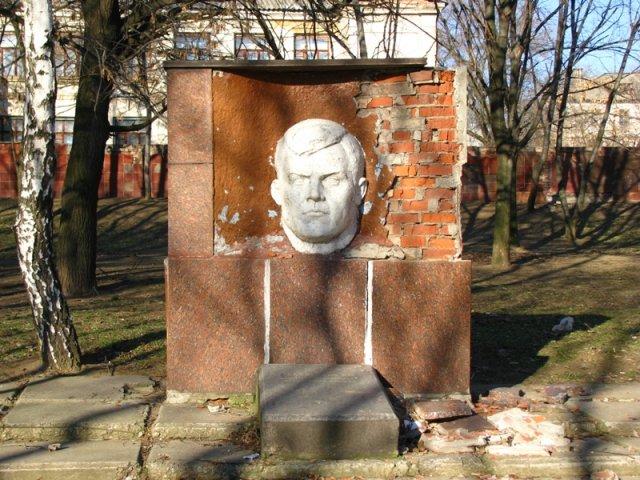 Памятник на могиле Емельянова И. М.