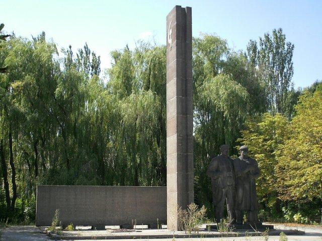Мемориал 13-ти расстрелянным рабочим