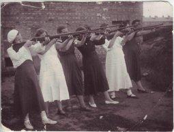 Комсомолки учатся стрелять