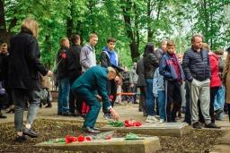 Жители Константиновки возлагаю цветы