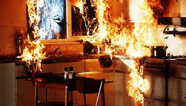 В Константиновке во время тушения пожара в квартире пожарные спасли женщину