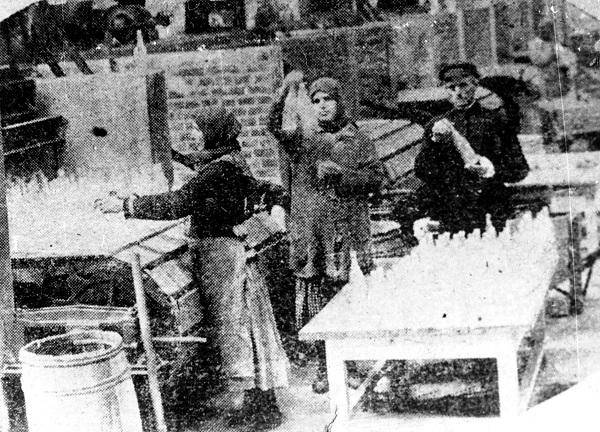Работницы отбирают бутылки, выходящие из закальной печи. 1927