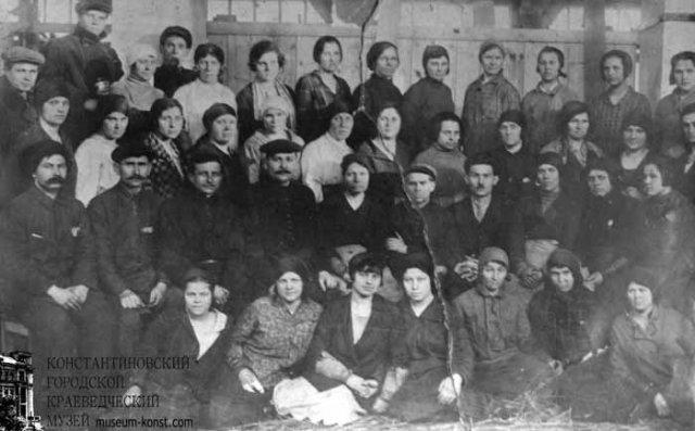 Работники резного цеха стекольного завода.